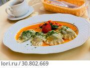 Traditional polish dumplings with mashed potato and tomato at plate. Стоковое фото, фотограф Яков Филимонов / Фотобанк Лори