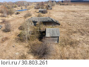Купить «Top view of Ruins of the abandoned wooden houses in the ghost village in the European North of Russia, Kirov Region», фото № 30803261, снято 6 июля 2020 г. (c) Mikhail Starodubov / Фотобанк Лори