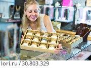 Купить «girl with bracelet collection in bijouterie boutique», фото № 30803329, снято 26 мая 2019 г. (c) Яков Филимонов / Фотобанк Лори