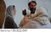 Купить «Women with the child communicate with the priest in the church», видеоролик № 30822041, снято 12 ноября 2017 г. (c) Aleksandr Sulimov / Фотобанк Лори