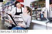 Купить «hairdresser edvise woman client about samples of hair dye», фото № 30833797, снято 31 марта 2018 г. (c) Яков Филимонов / Фотобанк Лори