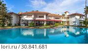 Большой бассейн с пресной водой в уютном отеле Sanmali Beach Hotel на берегу Индийского океана, Шри-Ланка (2019 год). Редакционное фото, фотограф Владимир Сергеев / Фотобанк Лори