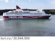 Купить «Круизный паром Amorella рядом с пирсом Аландских островов. Финская паромная компания Viking Line. Маршрут Турку, Мариехамн, Стокгольм», фото № 30844909, снято 10 июля 2018 г. (c) Кекяляйнен Андрей / Фотобанк Лори