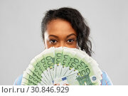 Купить «african american woman hiding face behind money», фото № 30846929, снято 2 марта 2019 г. (c) Syda Productions / Фотобанк Лори