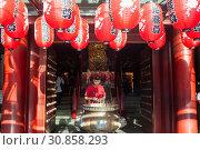Singapore, Republic of Singapore, Prayer at the Buddha Tooth Relic Temple in Chinatown  (2018 год). Редакционное фото, агентство Caro Photoagency / Фотобанк Лори