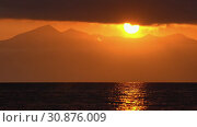 Красивый вечерний морской пейзаж, облака, подсвеченные солнцем на закате, с видом на горы на горизонте. Time lapse. Стоковое видео, видеограф А. А. Пирагис / Фотобанк Лори