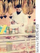 Купить «Male shop assistant carving meat», фото № 30876413, снято 16 ноября 2016 г. (c) Яков Филимонов / Фотобанк Лори