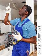 Купить «African-American construction worker with electric drill», фото № 30881821, снято 4 мая 2018 г. (c) Яков Филимонов / Фотобанк Лори