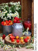 Купить «Клубнично-черешневый компот на деревянном столе», фото № 30893585, снято 8 июня 2019 г. (c) Марина Володько / Фотобанк Лори