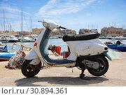 Купить «Old Italian scooter on the city pier», фото № 30894361, снято 16 апреля 2019 г. (c) Алексей Кузнецов / Фотобанк Лори