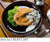 Купить «Delicious schnitzel with mushrooms and lettuce», фото № 30917397, снято 24 августа 2019 г. (c) Яков Филимонов / Фотобанк Лори