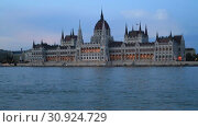 Купить «Вечерний вид на здание Венгерского Парламента и река Дунай в Будапеште», видеоролик № 30924729, снято 3 июня 2019 г. (c) Яна Королёва / Фотобанк Лори