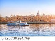 Купить «Кораблик на Москве-реке The ship sails on the Moscow River», фото № 30924769, снято 21 апреля 2019 г. (c) Baturina Yuliya / Фотобанк Лори