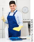 Office cleaner is ready to clean the cabinet. Стоковое фото, фотограф Яков Филимонов / Фотобанк Лори