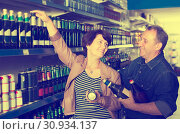Купить «Portrait of an elderly couple buying a beer at the grocery store», фото № 30934137, снято 20 июля 2019 г. (c) Яков Филимонов / Фотобанк Лори