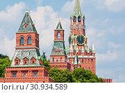Купить «Спасская башня Московского Кремля. Куранты показывают двенадцать часов дня. Солнечный летний день. Москва», фото № 30934589, снято 9 июня 2019 г. (c) E. O. / Фотобанк Лори