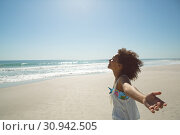 Купить «Woman standing with arms outstretched on the beach», фото № 30942505, снято 15 марта 2019 г. (c) Wavebreak Media / Фотобанк Лори