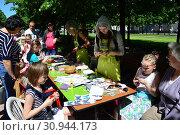 Купить «Занятия с детьми в сквере на Цветном бульваре в Международный День защиты детей. Город Москва», эксклюзивное фото № 30944173, снято 1 июня 2015 г. (c) lana1501 / Фотобанк Лори