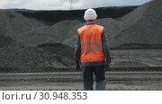Coal mining worker man walk. Стоковое видео, видеограф Mark Agnor / Фотобанк Лори