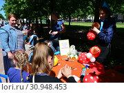 Купить «Занятия с детьми по моделированию в сквере на Цветном бульваре в Международный День защиты детей. Город Москва», эксклюзивное фото № 30948453, снято 1 июня 2015 г. (c) lana1501 / Фотобанк Лори