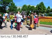 Купить «Аттракцион с кривыми зеркалами в сквере на Цветном бульваре в Международный День защиты детей. Город Москва. Россия», эксклюзивное фото № 30948457, снято 1 июня 2015 г. (c) lana1501 / Фотобанк Лори