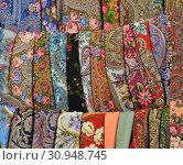 Купить «Шерстяные платки с павловопосадским узором», эксклюзивное фото № 30948745, снято 7 сентября 2014 г. (c) lana1501 / Фотобанк Лори