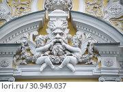 Купить «Москва, Леонтьевский переулок, дом 10, строение 1. Маскарон на фасаде Городской усадьбы Г.А. Каратаевой - И.В. Морозова», эксклюзивное фото № 30949037, снято 27 апреля 2019 г. (c) Dmitry29 / Фотобанк Лори
