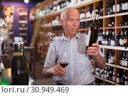 Купить «Man tasting wine in wine store», фото № 30949469, снято 8 мая 2019 г. (c) Яков Филимонов / Фотобанк Лори