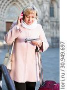 woman with map talking mobile phone. Стоковое фото, фотограф Яков Филимонов / Фотобанк Лори
