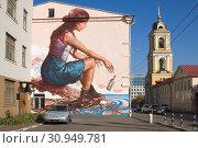 Купить «Граффити на стене дома в Москве - девушка бросает в море бутылку», эксклюзивное фото № 30949781, снято 21 сентября 2014 г. (c) Солодовникова Елена / Фотобанк Лори