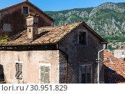 Купить «An old town house in Kotor, Montenegro», фото № 30951829, снято 10 июня 2019 г. (c) Володина Ольга / Фотобанк Лори