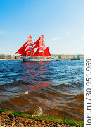Алые паруса - бриг на реке Неве. Санкт-Петербург, Россия. St Petersburg, Russia. Russian brig Russia with Scarlet sails on the Neva river (2019 год). Редакционное фото, фотограф Зезелина Марина / Фотобанк Лори
