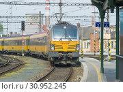 Купить «Желтый пассажирский поезд  компании RegioJet прибывает на  железнодорожный вокзал города Брно. Чехия», фото № 30952245, снято 24 апреля 2018 г. (c) Виктор Карасев / Фотобанк Лори