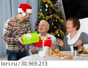 Family gives Christmas gifts. Стоковое фото, фотограф Яков Филимонов / Фотобанк Лори