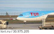 Купить «Airplane taxiing after landing», видеоролик № 30975205, снято 1 декабря 2018 г. (c) Игорь Жоров / Фотобанк Лори