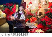 Girl buying Christmas floral compositions. Стоковое фото, фотограф Яков Филимонов / Фотобанк Лори