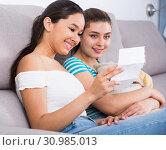 Girls reading billet-doux on sofa. Стоковое фото, фотограф Яков Филимонов / Фотобанк Лори