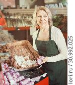 Купить «female worker selling garlic», фото № 30992025, снято 25 июня 2019 г. (c) Яков Филимонов / Фотобанк Лори