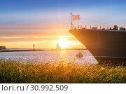 Купить «Нос корабля и закатное солнце The bow of the ship and the setting sun», фото № 30992509, снято 22 сентября 2018 г. (c) Baturina Yuliya / Фотобанк Лори