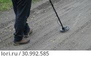 Купить «Мужчина с металлоискателем идет по дороге, ищет металлические предметы», видеоролик № 30992585, снято 20 июня 2019 г. (c) А. А. Пирагис / Фотобанк Лори