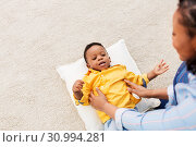 Купить «african american mother with happy baby at home», фото № 30994281, снято 22 марта 2019 г. (c) Syda Productions / Фотобанк Лори