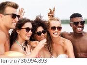 Купить «happy friends in sunglasses on summer beach», фото № 30994893, снято 29 июля 2018 г. (c) Syda Productions / Фотобанк Лори