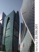 Купить «Комплекс зданий Москва-Сити, фрагмент», эксклюзивное фото № 30996001, снято 21 апреля 2019 г. (c) Дмитрий Неумоин / Фотобанк Лори