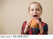 Купить «American calories fat meal Junk food, Little Girl enjoy eating hamburgers fast food burger unhealthy», фото № 30998657, снято 8 марта 2019 г. (c) Иван Карпов / Фотобанк Лори