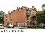 Трехэтажный жилой дом г.Новосибирск (2019 год). Редакционное фото, фотограф Андрей Чабан / Фотобанк Лори