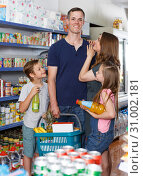 spouses with kids and cart with food. Стоковое фото, фотограф Яков Филимонов / Фотобанк Лори