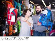 Buyers are considering a variety of rucksacks. Стоковое фото, фотограф Яков Филимонов / Фотобанк Лори