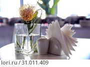 Протея в вазе на столе. Стоковое фото, фотограф Роза Ибрагимова / Фотобанк Лори