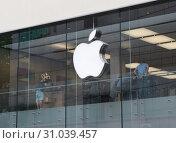 Купить «Лого Apple на магазине в Мюнхене. Германия», фото № 31039457, снято 22 июня 2019 г. (c) Екатерина Овсянникова / Фотобанк Лори