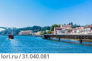 A viaduct leads traffic over the River Douro at the Cais das Pedras in Porto, Portugal (2018 год). Редакционное фото, фотограф Николай Коржов / Фотобанк Лори
